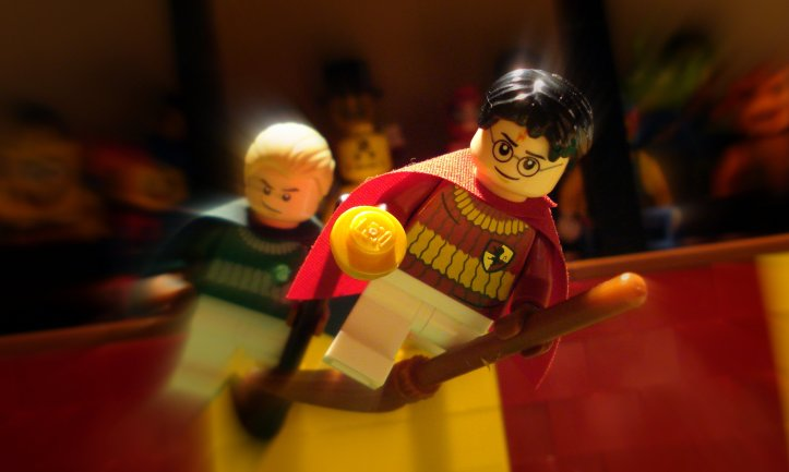 Lego Harry Potter plays Quidditch