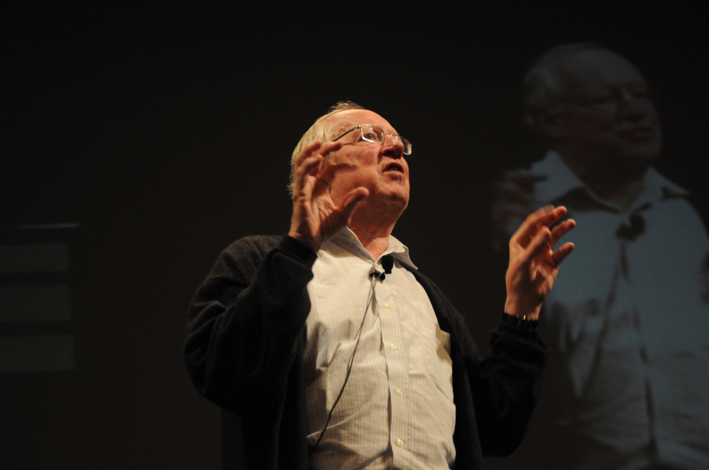 robert-fisk-giving-a-talk-in-2010